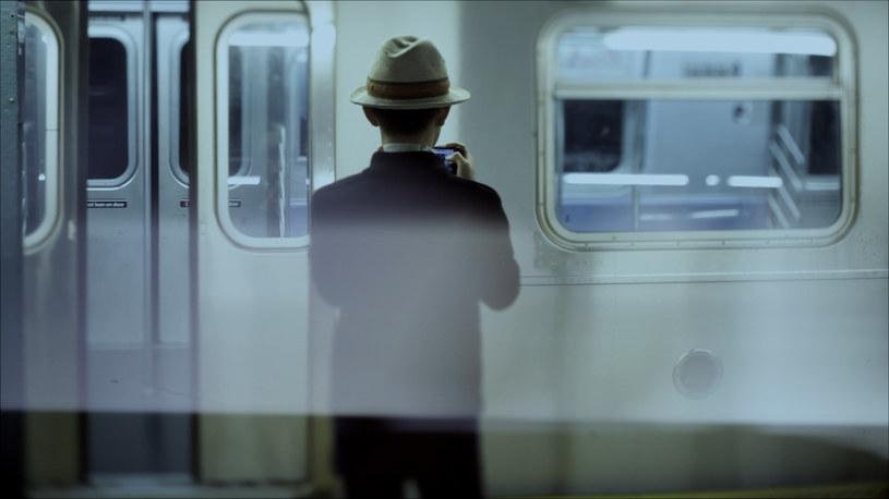 """Widmowe światła, wielka ciemność i srebrny kształt: to kolejka metra sunie przez tunel. Początek dokumentu Piotra Stasika budzi dość oczywiste skojarzenia z """"Wjazdem pociągu na stację w La Ciotat"""" braci Lumière. I tak jak w tamtym zabytku X muzy, maszyna jest tutaj nie tylko fotogenicznym obiektem, ale i metaforą samego filmu, wcieleniem energii, ruchu i postępu."""