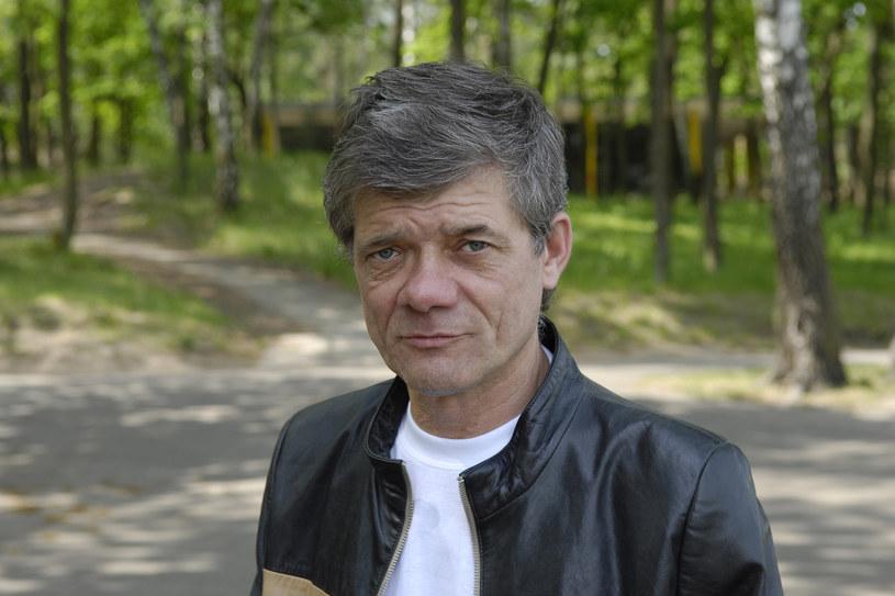 """Jako nastolatek Henryk Gołębiewski był ulubieńcem publiczności. Pamiętamy go z takich produkcji, jak """"Podróż za jeden uśmiech"""", """"Wakacje z duchami"""" czy """"Stawiam na Tolka Banana"""". Potem miał życie pełne zakrętów. Raz na wozie, raz pod wozem. Jak jest teraz?"""