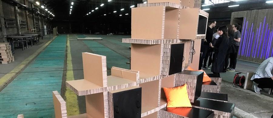Meblościankę z kartonu czy ławkę ze stołem stworzyli studenci Politechniki Wrocławskiej. To tanie i ekologiczne meble - przekonują żacy. Prototypy służące do pracy i wypoczynku powstały w ramach drugiej edycji Letniej Szkoły Architektury. Trafią do muzeów lub na korytarz uczelni.