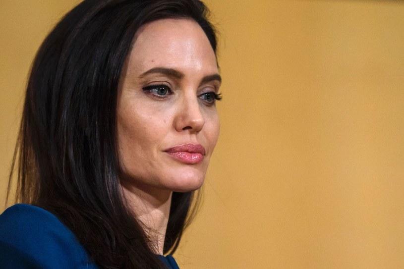 """Niecały rok po rozwodzie z Bradem Pittem Angelina Jolie po raz pierwszy odpowiedziała o trudnym, osobistym doświadczeniu. W rozmowie z magazynem """"Vanity Fair"""" gwiazda przyznała się również do neurologicznej przypadłości, zwanej porażeniem Bella."""
