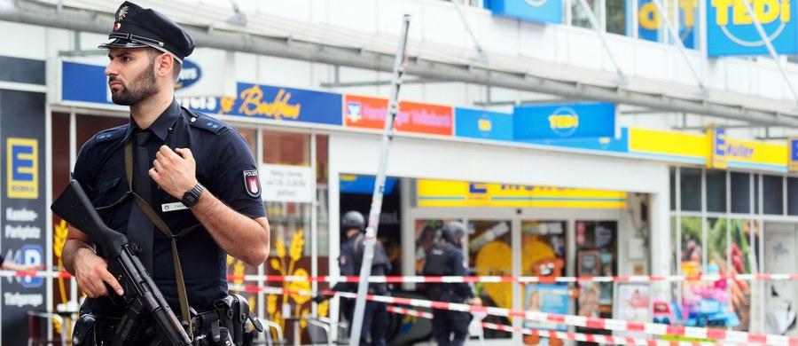 """Szef MSW kraju związkowego Hamburga Andy Grote powiedział, że 26-letni mężczyzna, który w piątek nożem kuchennym zabił jedną osobę, a siedem ranił, działał z pobudek religijnych i islamistycznych, a równocześnie był osobą niestabilną psychicznie. """"Nie wiemy, który z tych elementów był decydujący"""" - zastrzegł Grote. Atak przy użyciu noża to """"akt barbarzyństwa"""", który """"mógł przydarzyć się każdemu z nas"""" - dodał."""