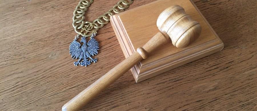 Trzech młodych mężczyzn usłyszało zarzut czynnej napaści oraz pobicia policjanta, do którego doszło w czwartek w nocy w Szczecinku (Zachodniopomorskie). Podejrzani złożyli wyjaśnienia i częściowo przyznali się do zarzucanych im czynów - poinformował szef szczecineckiej prokuratury Jerzy Sajchta.