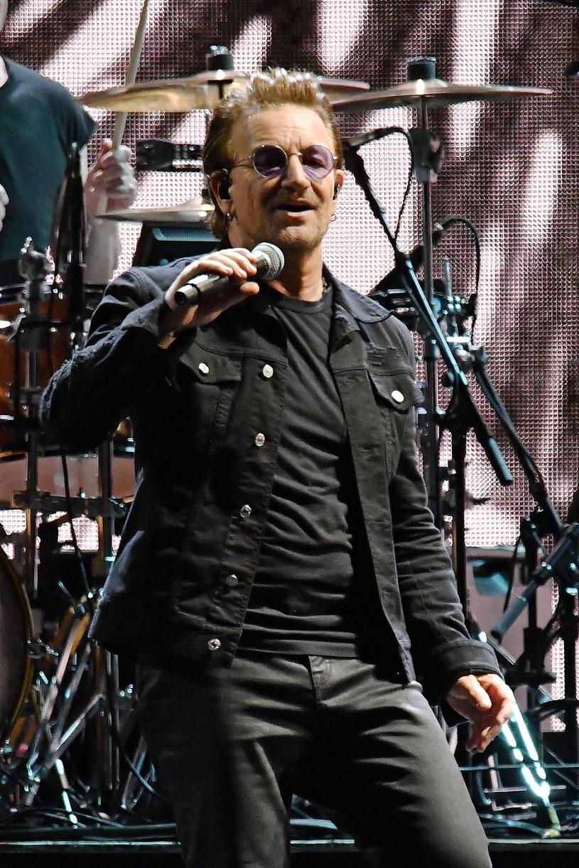 """Podczas niedzielnego (30 lipca) koncertu w Amsterdamie na scenie pojawił się fan z biało-czerwoną flagą Polski. To wówczas Bono przekazał """"przesłanie miłości i wolności"""" do swoich zwolenników w naszym kraju."""