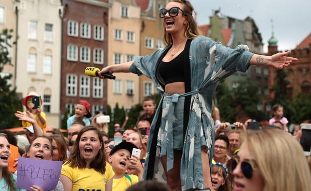 Słoneczny Patrol RMF FM w ostatni dzień lipca odwiedził gorący Gdańsk. Nasz żółto-niebieski konwój czekał na Was na Targu Węglowym, gdzie rozdawaliśmy pyszne waniliowo-śmietankowe lody! Po południu dołączyła do nas Sarsa, która zaprosiła wszystkich do wspólnego śpiewania! Na tym jednak nie koniec. Już w następny poniedziałek będziemy w Ustce, a dzień wcześniej zwiedzimy okolice tego nadmorskiego kurortu. Zabierzemy ze sobą zamrażarki pełne lodów!