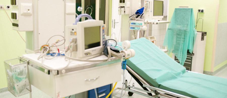 """""""Chorzy na nowotwory byliby leczeni lepiej, gdyby powstała Ogólnopolska Sieć Szpitali Onkologicznych"""" - przekonują dyrektorzy największych ośrodków dla chorych na raka. Sieć miałaby umożliwić współpracę między dużymi centrami onkologii i niewielkimi oddziałami w szpitalach powiatowych."""