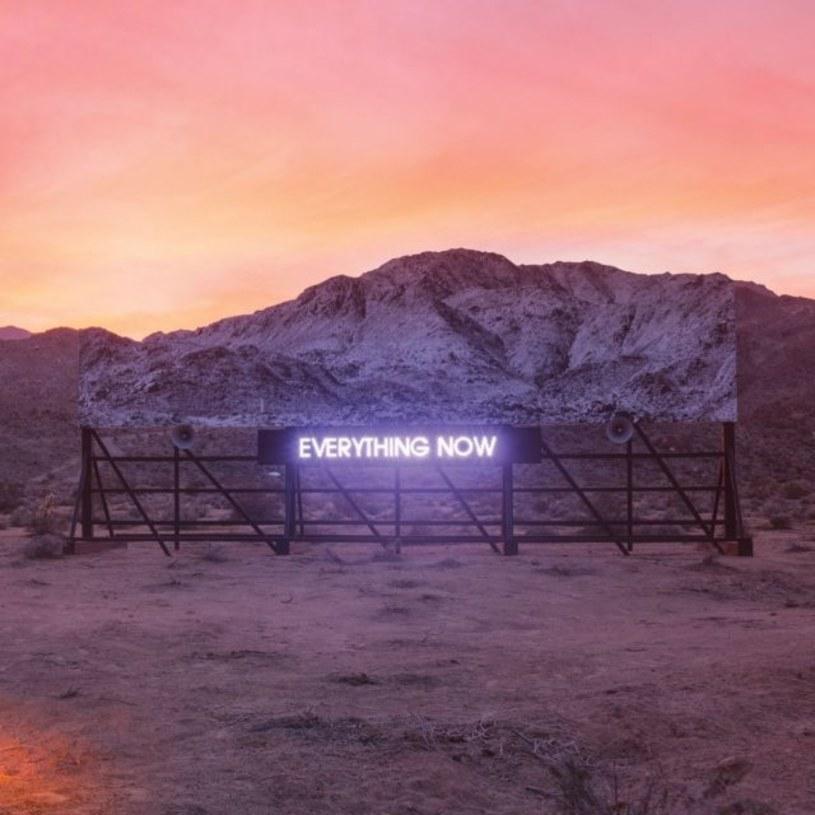 """Ciekawe, co powiedziałby Win Butler, wokalista Arcade Fire, gdyby w 2004 roku, tuż po nagraniu z zespołem debiutanckiej płyty """"Funeral"""", mógł odbyć podróż w czasie do dnia dzisiejszego i przesłuchać w całości """"Everything Now"""". Stawiam, że minę miałby naprawdę nietęgą i zrobiłby wiele, żeby zawartość tego albumu - albo przynajmniej jego spora część - nigdy nie ujrzała światła dziennego."""