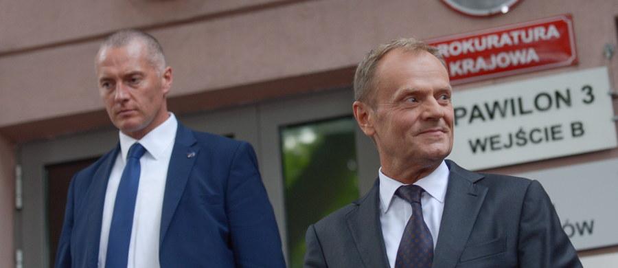 """Donald Tusk został przesłuchany w Prokuraturze Krajowej w Warszawie w śledztwie dotyczącym m.in. nieprawidłowości przy sekcjach zwłok ofiar katastrofy smoleńskiej. Były premier gmach prokuratury opuścił po godzinie 18. """"Dziękuję za wsparcie, to nie są łatwe chwile. Prezes Kaczyński powiedział, że mam się czego bać. Chcę powiedzieć jedno, nie mam czego się bać i pan prezes Kaczyński mnie nie przestraszy"""" – powiedział podczas konferencji prasowej. """"Cały kontekst w tej sprawie ma charakter polityczny, nie mam co do tego wątpliwości"""" - dodał. W jego ocenie, w intencji obecnie rządzących wymiar sprawiedliwości ma służyć przeciwko ich konkurentom, w tym przeciwko niemu. Tusk powtórzył też, że nikt nie wydawał zakazu otwierania trumien. W jaki sposób postępuje się w takich sytuacjach, precyzyjnie opisują procedury."""