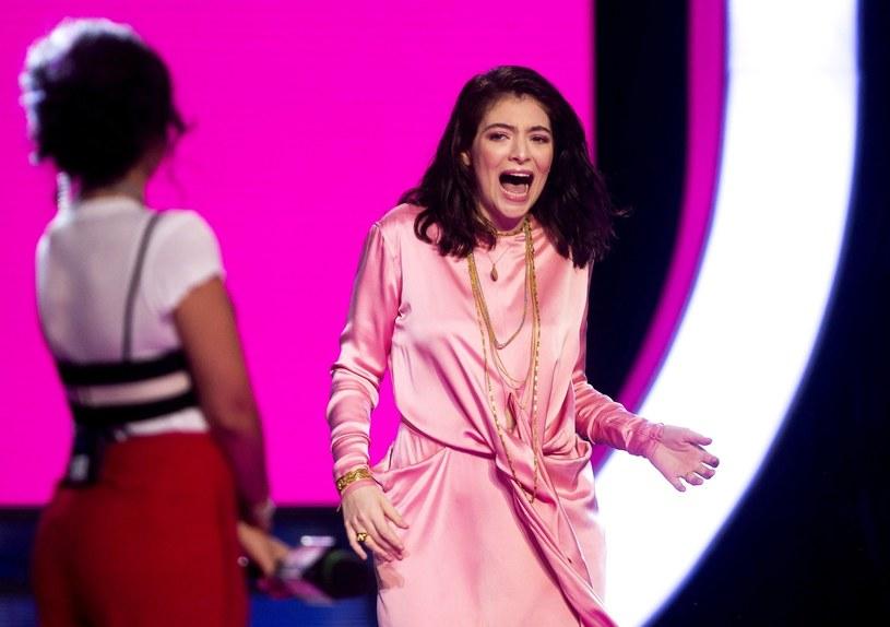 Z powodu trudnych warunków pogodowych, Lorde zmuszona była skrócić swój koncert na festiwalu Lollapalooza. Za sytuację nowozelandzka wokalistka przeprosiła fanów na Twitterze.