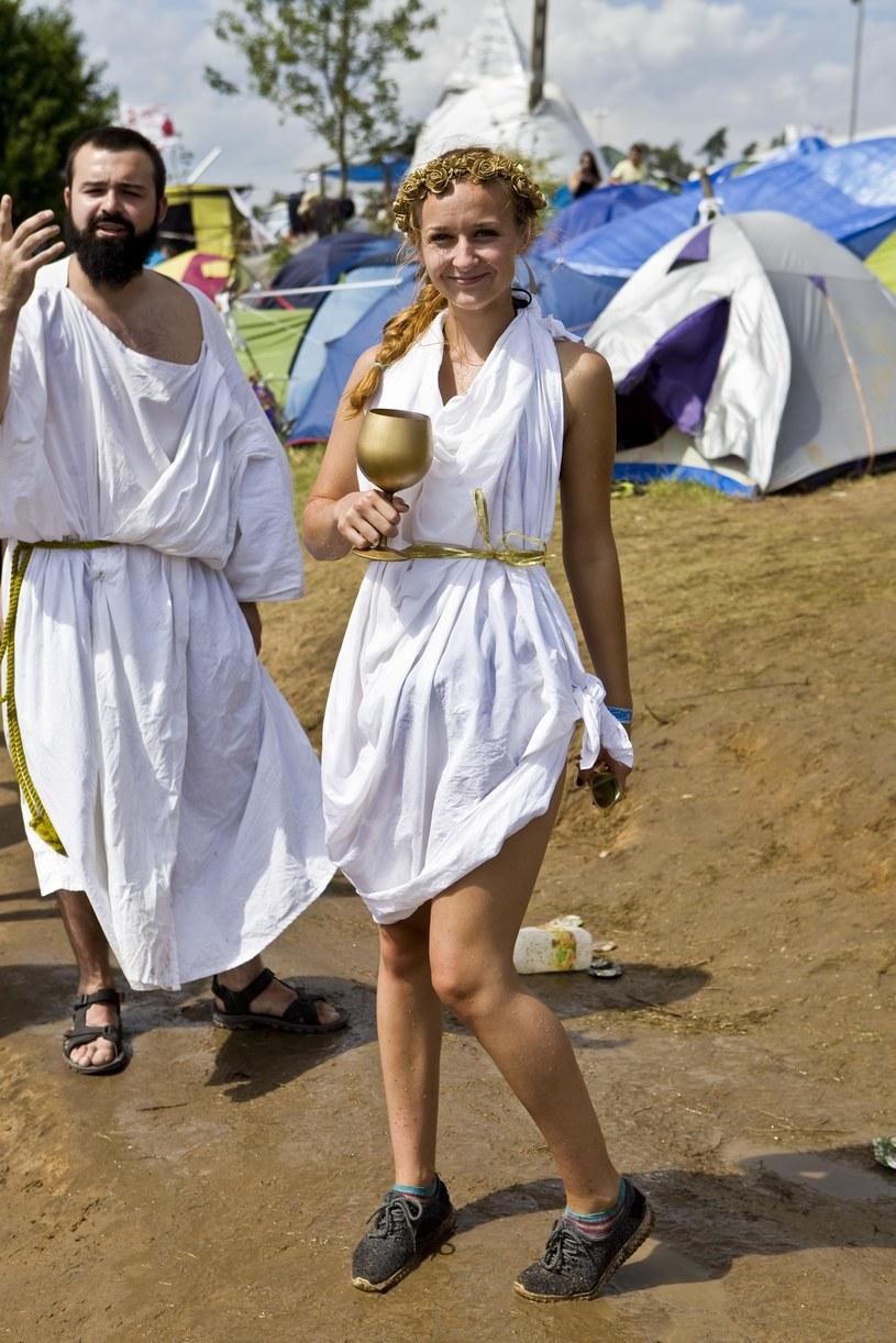 """Przystanek Woodstock przyciąga nie tylko fanów muzyki, ale również ludzi, którzy uwielbiają dobrą zabawę. Spotkaliśmy wielu przebierańców, cyrkowców, a także osoby oferujące """"darmowe uściski"""". W wiosce woodstockowej można zobaczyć słynnego misia z filmu """"Miś"""" i przejechać się kołem widokowym. Dla każdego coś dobrego!"""