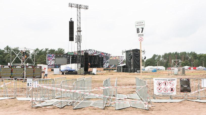 """Niespodziewany zwrot akcji związany z barierkami pod scenami na Przystanku Woodstock. Po piątkowej (4 sierpnia) deklaracji Jurka Owsiaka, że będzie starał się o zdemontowanie płotków, okazało się, że udało się uzyskać wszystkie zgody i jeszcze przed rozpoczęciem koncertów barierki zniknęły. """"To dziś najlepsza wiadomość"""" - cieszył się szef Przystanku."""