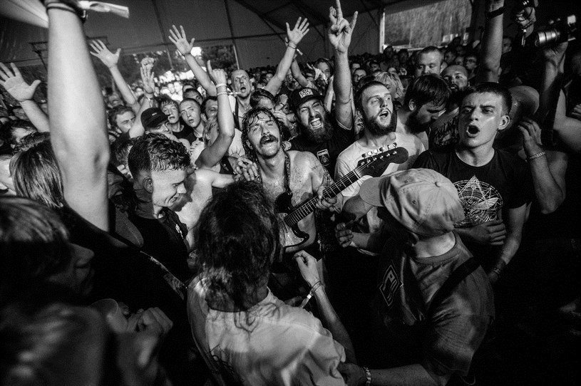 Podsumowanie 12. edycji OFF Festivalu, czyli o tym, dlaczego ludzie o skrajnie różnych muzycznych gustach jeżdżą na tę samą imprezę, że pogłoski o zmierzchu ery gitarowego grania to bujdy oraz o tym, że czasem lepiej jest być starym i brzydkim.