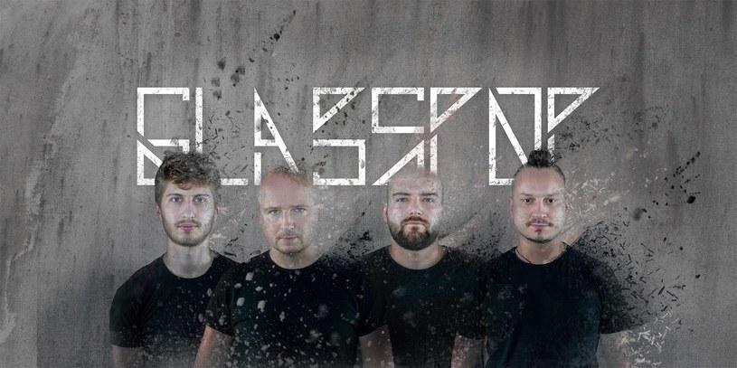 """Poniżej premierowo możecie zobaczyć teledysk do debiutanckiego singla poznańskiej grupy Glasspop - """"I Need Somebody"""". Kwartet we wrześniu planuje wydać pierwszą płytę."""