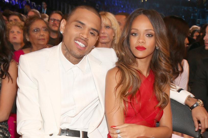 Efektowna stylizacja z festiwalu Crop Over na Barbadosie wzbudziła mnóstwo zachwytów, ale i nieco kontrowersji. Jej strój skomentował m.in. były chłopak Chris Brown, który kilka lat temu dotkliwie pobił wokalistkę. Jak zareagowali na to fani Rihanny?