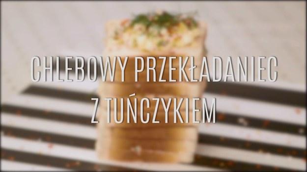Przepis na chlebowy przekładaniec z tuńczykiem to znakomity sposób na przygotowanie szybkiej, pożywnej przekąski, która świetnie sprawdzi się i na szczególne okazje, i na co dzień. Miękki, tostowy chleb przełożony delikatnym, aromatycznym tuńczykiem - wszystko połączone w formę przekładańca, który pokrojony nie tylko świetnie wygląda, ale i wybornie smakuje. Zobaczcie, jak zrobić chlebowy przekładaniec z tuńczykiem - przepis jest dziecinnie prosty!