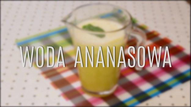 Woda ananasowa to wbrew pozorom nie przesłodzony, niezdrowy syrop z ananasów w puszce. To doskonały napój, który świetnie gasi pragnienie, choć świetnie sprawdza się nie tylko w upalne dni. Ze zwykłego, surowego ananasa, odrobiny wody i mięty przygotujecie przepyszny napój, do którego jeszcze nie raz będziecie chcieli wrócić. Zobaczcie, jak łatwo zrobić wyborną wodę ananasową!