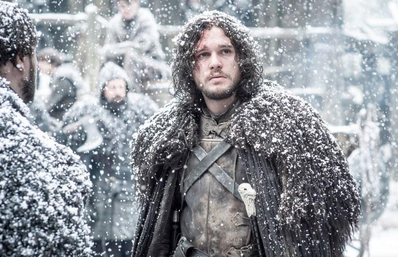"""Jon Snow, ikoniczna postać z serialu """"Gra o Tron"""", każe nam wierzyć, że upolował niedźwiedzia, aby mieć ciepłe okrycie. Kostiumograf serii zaprzecza, a prawda jest zaskakująca - ciężkie płaszcze są robione z dywaników Ikei."""