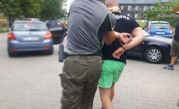 Policjanci z Katowic zatrzymali 20-letniego pseudokibica z Katowic podejrzanego o pobicie. W akcji wzięli udział m.in. policyjni antyterroryści. W samochodzie mężczyzny znaleziono 3 maczety, a w jego mieszkaniu znaczną ilość amfetaminy.