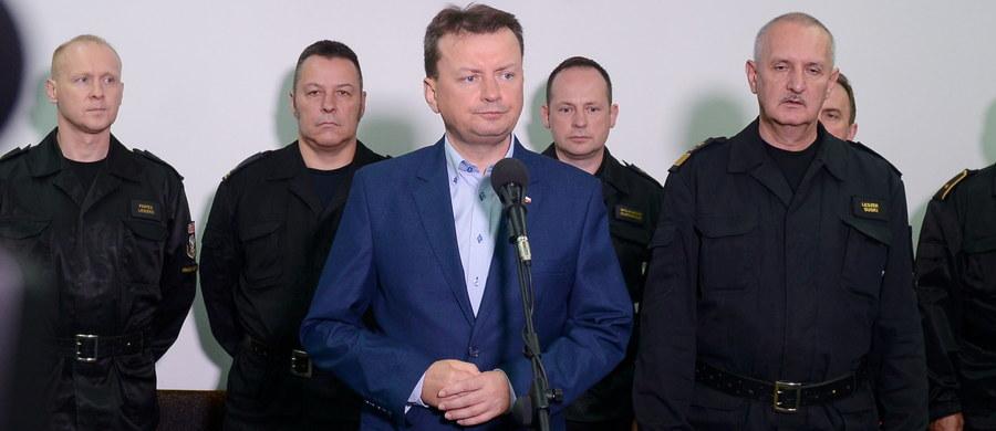 """W związku z tragicznymi wydarzeniami na obozie harcerskim w Suszku w Pomorskiem powołano sztab kryzysowy. W wyniku nawałnicy zginęły dwie harcerki, 37 harcerzy zostało rannych. Uruchomiono specjalną infolinię, pod którą można uzyskać informacje. Szef Związku Harcerstwa Rzeczypospolitej zarządził miesięczną żałobę we wszystkich jednostkach ZHR. """"Okoliczności tragedii na obozie w Suszku zostaną zbadanie i będą wyciągnięte wnioski. Te działania już podjęła prokuratura"""" - powiedział szef MSWiA Mariusz Błaszczak. Dodał, że straż pożarna skontroluje podobne obozy w całej Polsce."""