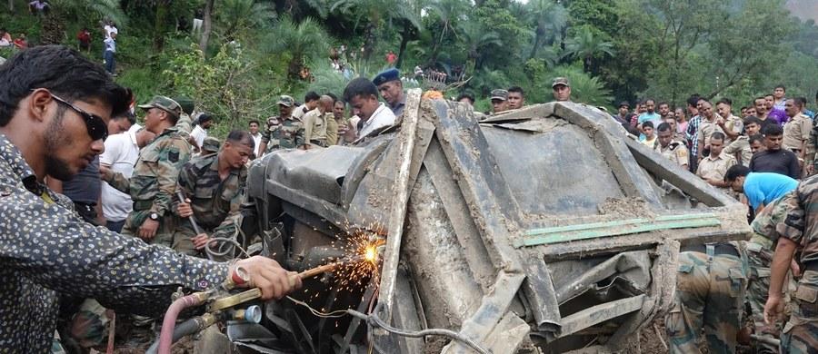 W dwóch autobusach, na które w niedzielę osunęła się ziemia w północnych Indiach, zginęło co najmniej 45 osób - poinformował przedstawiciel władz stanu Himaćal Pradeś, gdzie doszło do tej tragedii. Trwa operacja ratunkowa.