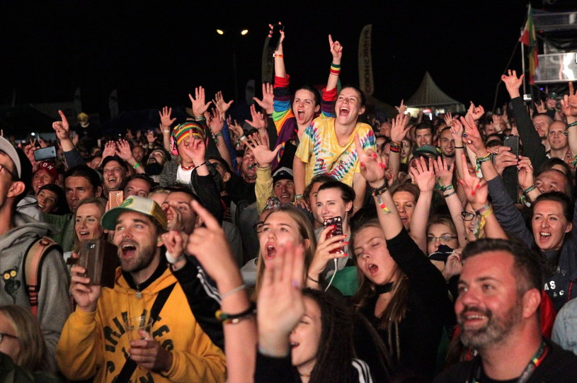 17. edycja Ostróda Reggae Festival za nami. Wydawało się, że przynajmniej jeśli chodzi o istotność wydarzeń muzycznych, trudno będzie przebić to, co działo się w sobotę. A jednak, było to możliwe. Kto wie, może nawet byliśmy świadkami jednego z najważniejszych koncertów ostatnich lat w Czerwonych Koszarach. Na pewno zaś, ostatni raz spotkaliśmy się w tej lokalizacji i w tym terminie. Wbrew pozorom, to dobre informacje, ale po kolei...