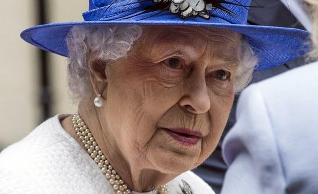 Czy brytyjska królowa Elżbieta II abdykuje? To pytanie zadają dziś brytyjskie media w oparciu o informacje z Pałacu Buckingham. Według anonimowych źródeł, królowa miałaby zrezygnować z korony na rzecz swego syna księcia Karola za 4 lata - w wieku 95 lat. Zostałby on wówczas mianowany regentem. Założyłby koronę dopiero po śmierci matki.