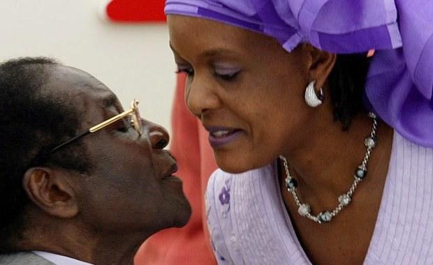 Żona prezydenta Zimbabwe Roberta Mugabego, Grace Mugabe, wróciła do kraju z RPA - podał portal BBC News. W poniedziałek na Mugabe złożyła skargę 20-letnia modelka. Gabriella Engels twierdzi, że żona prezydenta Zimbabwe napadła na nią.