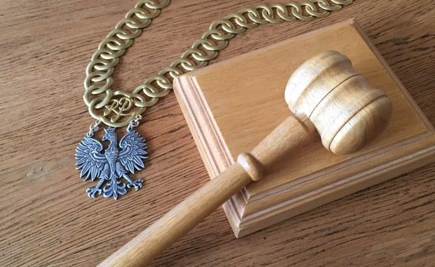 Zarzut rozboju usłyszeli trzej mężczyźni, którzy napadli na jedną z placówek bankowych w Łódzkiem i zabrali prawie 140 tys. zł. Podejrzanym grozi kara do 12 lat więzienia. Policja odzyskała część skradzionej gotówki. Do napadu doszło w ubiegły piątek w gminie Sadkowice.