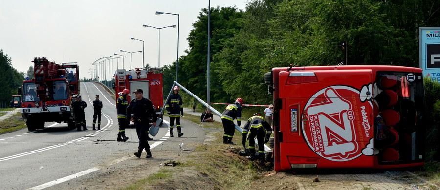 Prokuratura postawiła zarzut kierowcy Polskiego Busa, który w sobotę miał wypadek w Nowej Dębie na Podkarpaciu. Rannych zostało 38 osób. Mężczyzna usłyszał zarzut nieumyślnego spowodowania katastrofy w ruchu lądowym zagrażającej życiu lub zdrowiu wielu osób.