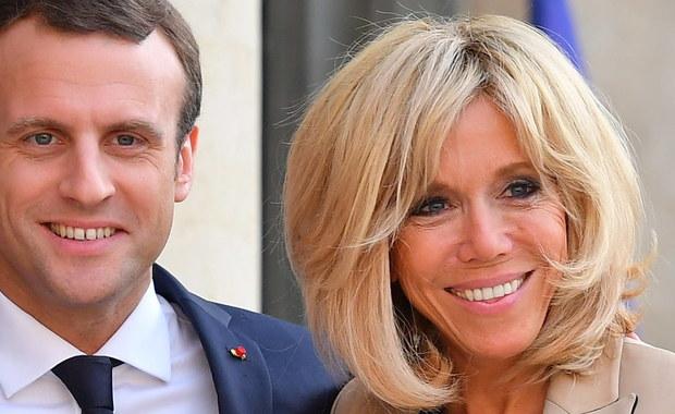"""""""Jedyna wada Emmanuela to fakt, że jest ode mnie młodszy!"""" - tak mówi o swoim mężu 64-letnia Pierwsza Dama Francji. W pierwszym wywiadzie udzielonym od czasu wprowadzenia się do Pałacu Elizejskiego Brigitte Macron sugeruje, że decyzja o wyjściu za mąż za mężczyznę, od którego jest starsza o ćwierć wieku, nie była łatwa."""