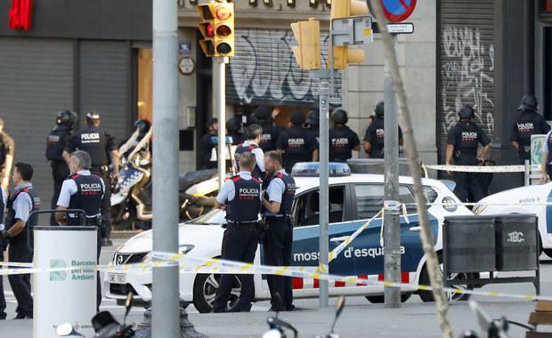 Krwawy zamach terrorystyczny w centrum Barcelony. Furgonetka wjechała w tłum na ruchliwej ulicy. Zginęło co najmniej 13 osób, a ponad 100 zostało rannych. Służby zatrzymały także jednego podejrzanego – to człowiek, na którego nazwisko wynajęto furgonetkę. Do ataku przyznało się Państwo Islamskie.