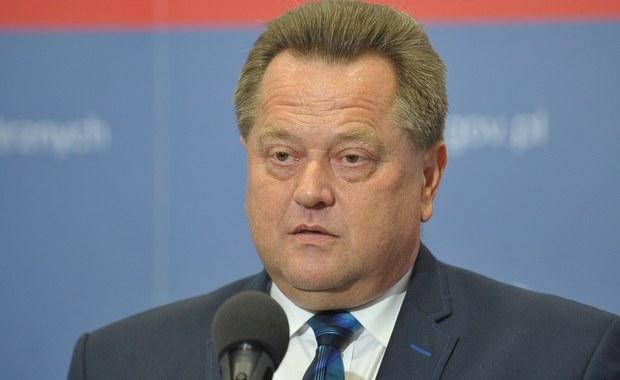 """Polskie służby są w stałym kontakcie ze służbami państw zachodnich, w Polsce nie ma zwiększonego zagrożenia w związku z zamachami w Hiszpanii - mówił wiceminister spraw wewnętrznych i administracji Jarosław Zieliński w rozmowie z Polsat News. Jak podkreślił, """"polityka otwartych drzwi nie prowadzi do niczego dobrego dla Europy ani nie rozwiązuje żadnego problemu, jeżeli chodzi o samych imigrantów"""". Jego zdaniem, należy uszczelnić granice."""