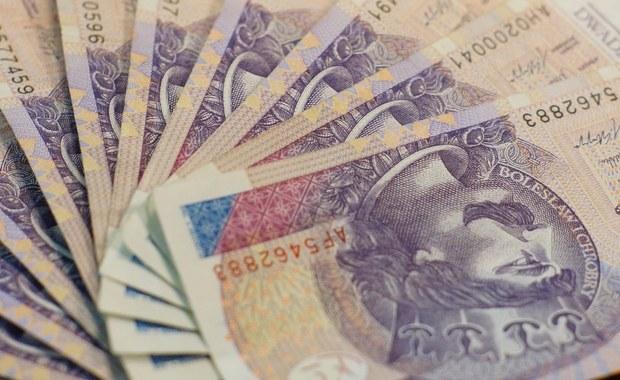 Zarzut kradzieży ponad 400 tys. zł usłyszała 41-letnia kasjerka w jednym banków w Zabrzu. Kobieta wypłacała sobie pieniądze klientów zdeponowane na lokatach długoterminowych. Przyznała się do winy i dobrowolnie poddała karze.