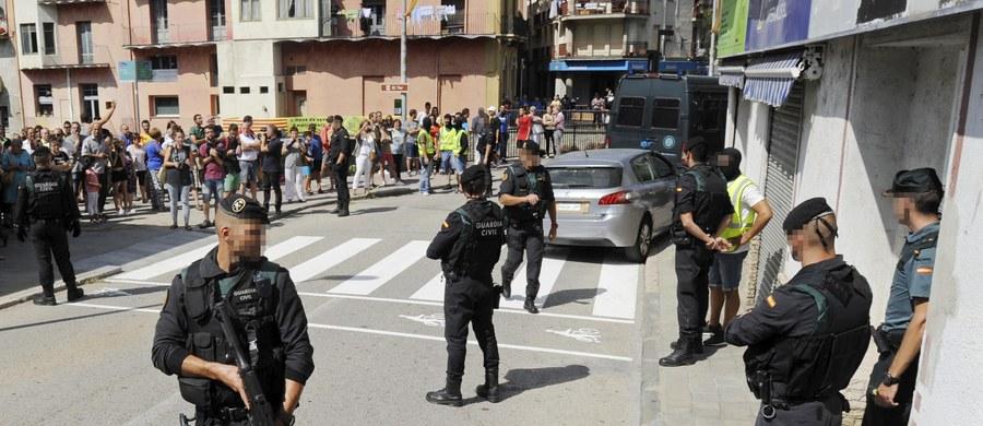 Katalońska policja poinformowała, że szuka czterech młodych mężczyzn, którzy mogli mieć związek z czwartkowymi zamachami w Barcelonie i Cambrils. Zginęło w nich 14 osób. Wśród poszukiwanych jest główny podejrzany, 17-letni Marokańczyk Mussa Ukabir. Rzecznik katalońskiej policji Josep Lluis Trapero powiedział, że śledczy nie ustalili jeszcze, czy osoba, która wjechała w tłum furgonetką na barcelońskiej promenadzie Las Ramblas, została później zastrzelona przez policjantkę w Cambrils, czy też wciąż się ukrywa.