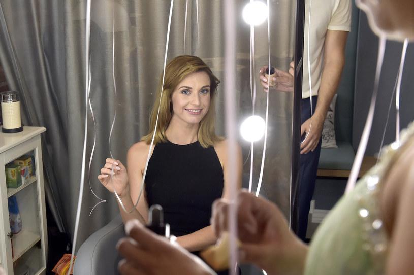 """Aktorka Julia Kamińska, której popularność przyniósł serial """"Brzydula"""", otworzyła na warszawskim Muranowie swój salon piękności - pracownię fryzur i makijażu. To właśnie tam przeszła metamorfozę do nowej roli w filmie """"Narzeczony na niby""""."""