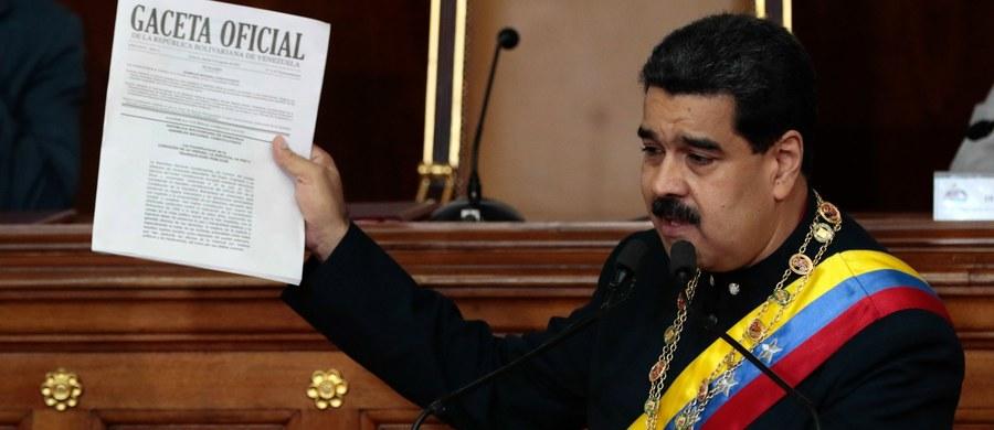 Wybrane w glosowaniu zbojkotowanym przez opozycję Narodowe Zgromadzenie Konstytucyjne Wenezueli, w którego skład weszli jedynie zwolennicy partii rządzącej, podjęło w piątek jednomyślną decyzję o przejęciu prerogatyw parlamentu kontrolowanego przez opozycję.