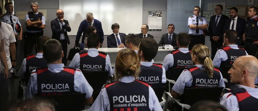 Hiszpańska policja przekazała francuskim siłom bezpieczeństwa informację o samochodzie osobowo-dostawczym Renault Kangoo, który został wypożyczony przez sprawców ataków terrorystycznych w Katalonii i mógł przekroczyć hiszpańsko-francuską granicę.