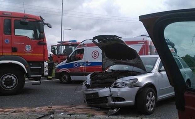 3 osoby zostały ranne w zderzeniu 2 samochodów w pobliżu Karlina (woj. zachodniopomorskie). Zdjęcia z miejsca wypadku dostaliśmy na Gorącą Linię RMF FM.