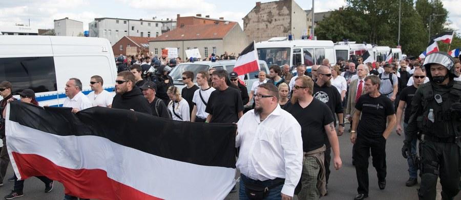 Ulicami berlińskiej dzielnicy Spandau przeszło w sobotę kilkuset neonazistów, którzy w ten sposób uczcili 30. rocznicę samobójczej śmierci w tamtejszym więzieniu Rudolfa Hessa, jednego z przywódców Trzeciej Rzeszy. Przeciwko marszowi demonstrowali antyfaszyści.