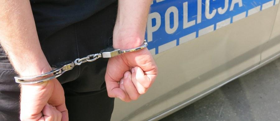 Łódzka policja pod nadzorem prokuratury wyjaśnia okoliczności zranienia jednego z kibiców przed sobotnim meczem Widzewa Łódź z Wartą Sieradz. Do wyjaśnienia zostały zatrzymane dwie osoby. Stan ranionego mężczyzny jest poważny.