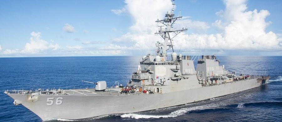 10 amerykańskich marynarzy zaginęło, 5 jest rannych po tym, jak nad ranem amerykański niszczyciel rakietowy USS John S. McCain zderzył się z liberyjskim tankowcem Alnic MC. Jak poinformował rzecznik 7 Floty USA, do kolizji doszło na wodach na wschód od Singapuru, w pobliżu cieśniny Malakka.