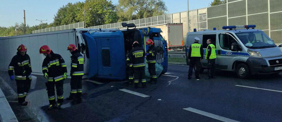 Przewrócona ciężarówka na DK 1 w Tychach (woj. śląskie). Kierowca najprawdopodobniej zasnął za kierownicą.