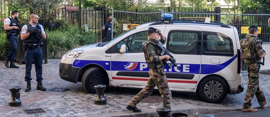 Arsenał odkryty przez francuską policję w imigranckim getcie pod Paryżem. W Saint-Denis koło sławnego stadionu Stade de France funkcjonariusze przechwycili przenośne wyrzutnie rakiet przeciwczołgowych, ładunki wybuchowe, karabiny, pistolety, amunicję i kamizelki kuloodporne.