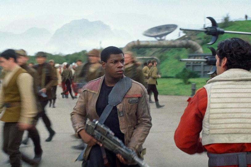 """John Boyega potwierdził spekulacje dotyczące nowych """"Gwiezdnych wojen"""". Jak przyznał aktor - epizodyczny występ w rolach szturmowców zaliczyli w filmie członkowie brytyjskiej rodziny królewskiej: książę Harry i książę William."""