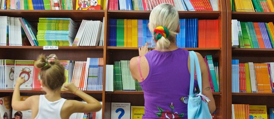 Na dwa tygodnie przed początkiem roku szkolnego pustki na liście podręczników szkolnych dla nowej podstawowy programowej. Dla niektórych przedmiotów Ministerstwo Edukacji Narodowej nie dopuściło jeszcze do użytku szkolnego żadnej książki. Tak jest w dawnej szkole zawodowej, czyli szkole branżowej pierwszego stopnia.