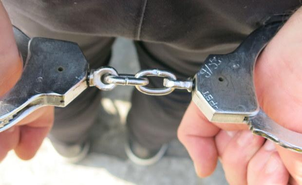 Szczecińscy policjanci zatrzymali 21-latka, który w weekend zaatakował swojego znajomego. Napastnikowi grozi 7,5 roku w więzieniu.