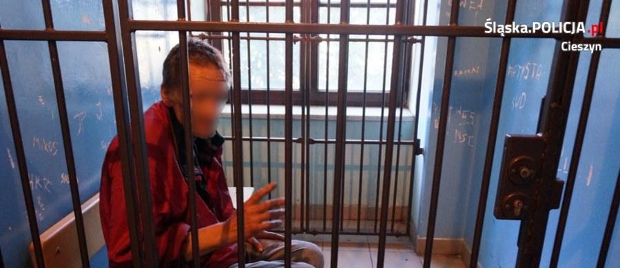 Policjanci z Cieszyna zatrzymali mężczyznę, który w centrum miasta zaczepiał przechodniów i groził im nożem. 53-latek usłyszał już zarzuty i został tymczasowo aresztowany na trzy miesiące.