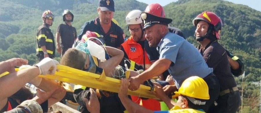 Po 16 godzinach od trzęsienia ziemi na włoskiej wyspie Ischia, ratownicy wydobyli spod gruzów żywego 11-letniego chłopca. Wcześniej z rumowiska domu mieszkalnego wydobyto dwóch jego braci – siedmiomiesięcznego i ośmioletniego.