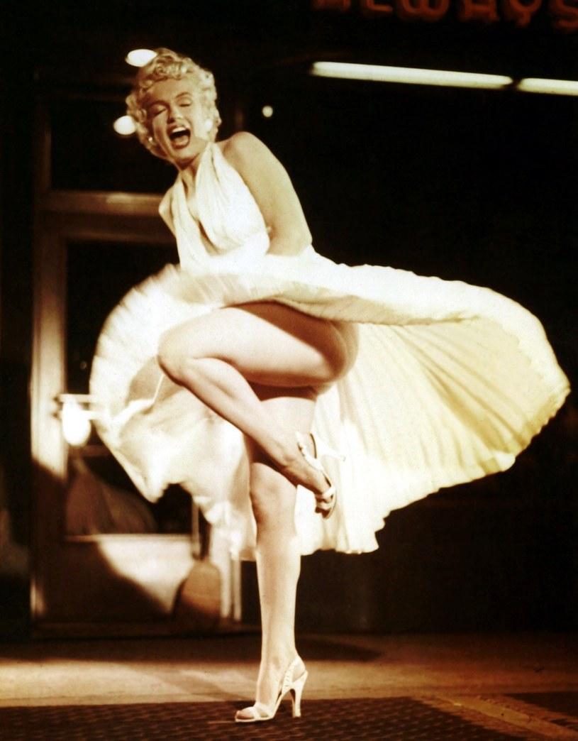 Ucieleśnienie seksapilu i niekwestionowana ikona światowego kina - Marilyn Monroe potrafiła olśniewać urodą i stylem jak żadna inna gwiazda srebrnego ekranu. Słynne kreacje aktorki należą nie tylko do najbardziej spektakularnych, ale i najdroższych w historii Hollywood.