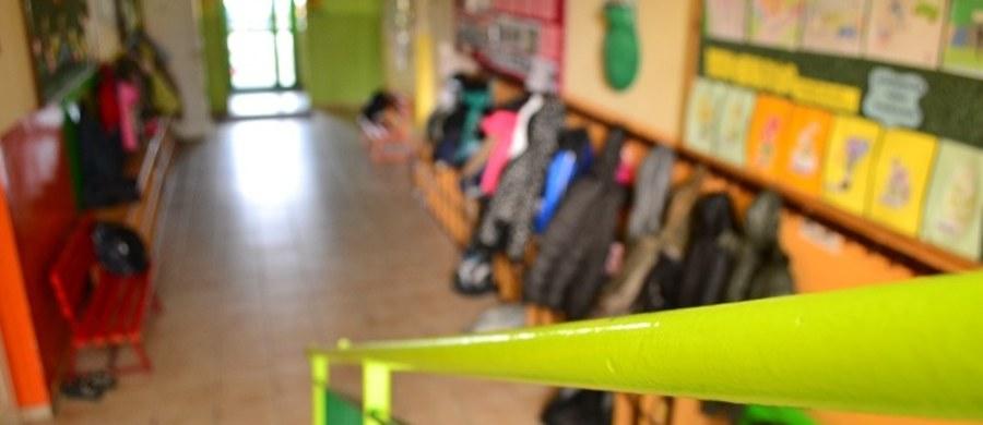 """Na kilkanaście dni przed początkiem roku szkolnego zapytaliśmy rodziców, warszawskich samorządowców i nauczycieli o ocenę przygotowania reformy edukacji przez Annę Zalewską. """"To niestety jest jedynka i to z bardzo skandalicznym nieprzygotowaniem"""" - mówi prezes fundacji Przestrzeń dla Edukacji Iga Kazimierczyk. """"Zdecydowanie jedynka, pomysł likwidacji gimnazjów jest nieuzasadniony"""" - dodaje Joanna Gospodarczyk, dyrektor Wydziały Edukacji w stolicy. """"To jest absolutnie ocena nieodpowiednia i nie ulega wątpliwości, że na tę ocenę pani minister ciężko zapracowała przez ostatnich kilka miesięcy"""" - ocenia Sławomir Broniarz, prezes ZNP. Ministerstwo twierdzi jednak, że """"reforma przebiega zgodnie z planem"""" i ze strony resortu nie ma żadnych opóźnień."""