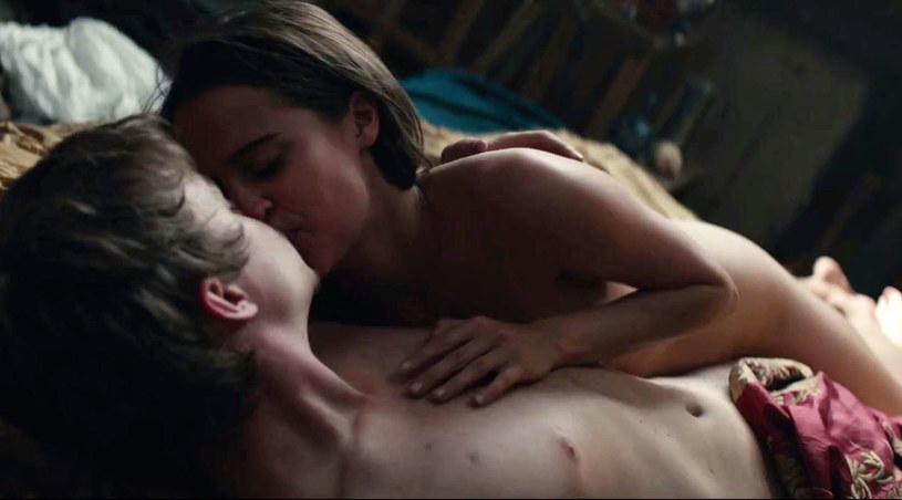 """W nowym, przeznaczonym dla dorosłego widza zwiastunie filmu """"Tulipanowa gorączka"""", grającą główną rolę Alicię Vikander obserwujemy w zmysłowych scenach erotycznych. Serwis PageSix poinformował, że stacja Fox nie zdecydowała się na emisję zmysłowego trailera."""